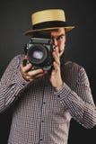 Hübscher Kerl mit dem Bart, der Weinlesekamera hält Stockbilder