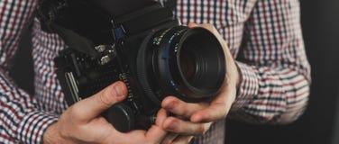 Hübscher Kerl mit dem Bart, der Weinlesekamera hält Lizenzfreie Stockfotografie