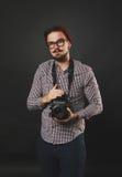 Hübscher Kerl mit dem Bart, der Weinlesekamera hält Lizenzfreies Stockbild