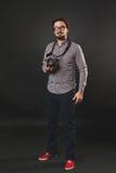 Hübscher Kerl mit dem Bart, der Weinlesekamera hält Lizenzfreie Stockfotos