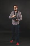 Hübscher Kerl mit dem Bart, der Weinlesekamera hält Lizenzfreies Stockfoto