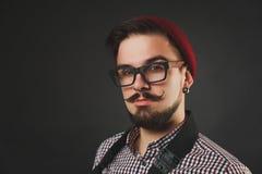 Hübscher Kerl mit dem Bart, der Weinlesekamera hält Lizenzfreie Stockbilder