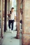 Hübscher Kerl mit Rucksack im Urlaub Mann mit Reisetasche auf sonnigem, Wanderlust Macho im Freien im modernen Hemd und lizenzfreies stockfoto