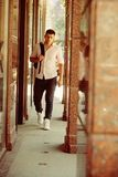 Hübscher Kerl mit Rucksack im Urlaub Mann mit Reisetasche auf sonnigem, Wanderlust Macho im Freien im modernen Hemd und lizenzfreies stockbild
