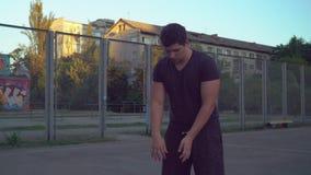 Hübscher Kerl spielt mit Ball am Spielplatz stock video footage