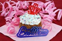 Hübscher kleiner Kuchen für Mamma mit bester Mamma in der Frontseite. Lizenzfreies Stockfoto