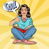 Hübscher Knall Art Young Woman Sitting und Lesebuch mit dem Handzeichen-Daumen oben Stockfotografie