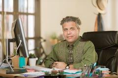 Hübscher kreativer Geschäftsmann in einem Büro stockfoto