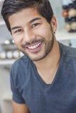 Hübscher lächelnder asiatischer Mann mit Bart Stockbild