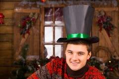 Hübscher lächelnder Mann mit schwarzem Hut Stockbild