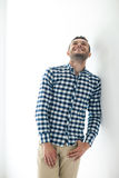 Hübscher lachender Mann in der stilvollen zufälligen Kleidung Stockbilder