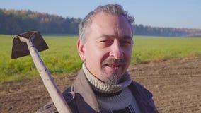 Hübscher Landarbeiter mit Bart mit Bauernhof bearbeitet protrait stock video