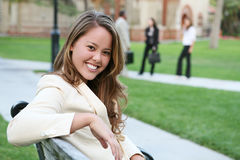 Hübscher Lehrer auf Campus lizenzfreie stockfotografie