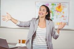Hübscher Lehrerunterricht in einem Klassenzimmer lizenzfreie stockfotografie
