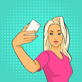 Hübscher Mädchen Blogger, der Selfie-Foto auf intelligentem Telefon-Knall Art Retro Style macht Lizenzfreie Stockbilder