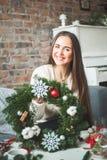 Hübscher Mädchen-Florist Woman mit Winter-Weihnachtsgirlande lizenzfreies stockbild