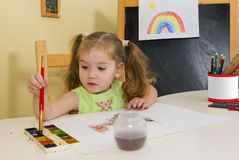 Hübscher Mädchenabgehobener betrag mit Malerpinsel Stockfotografie