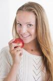 Hübscher Mädchenlächeln- und -einflußrotapfel Lizenzfreie Stockfotos