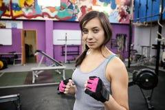 Hübscher Mädchenstand in der Haltung des Boxers in der Turnhalle lizenzfreie stockfotografie