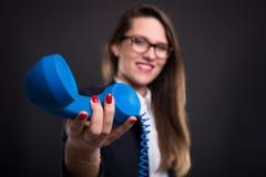 Hübscher Mädchenunternehmer, der Telefonempfänger führt Stockfotos