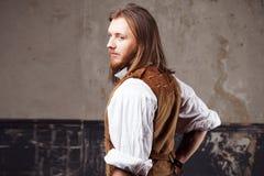 Hübscher männlicher Dampfpunk Retro- Mannporträt über Schmutzhintergrund Stockbilder