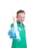 Hübscher männlicher Doktor, der eine Spritze hält Stockfotos