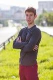 Hübscher männlicher Jugendlicher im grauen Hemd draußen Lizenzfreies Stockfoto