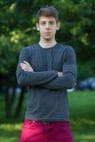 Hübscher männlicher Jugendlicher im grauen Hemd draußen Stockbilder