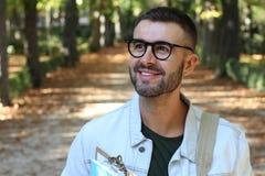 Hübscher männlicher Student draußen schließen oben lizenzfreies stockfoto