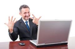 Hübscher Manager, der acht Finger zeigt Lizenzfreie Stockfotos