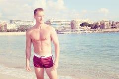 Hübscher Mann am Strand Stockfotografie