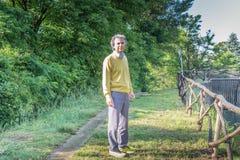 Hübscher Mann von mittlerem Alter mit Blick der nochmaligen Versicherung Lizenzfreie Stockfotografie