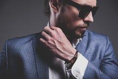 Hübscher Modegeschäftsmann kleidete in der eleganten blauen Klage auf grauem Hintergrund an Lizenzfreie Stockfotografie