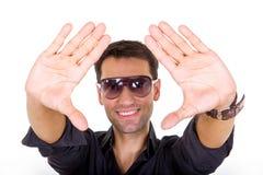 Hübscher Modemann mit der abgetönten Sonnenbrille, die das Lächeln aufwirft lizenzfreie stockfotografie