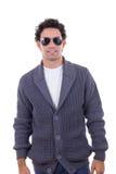Hübscher Modemann in tragender Sonnenbrille der Strickjacke lizenzfreie stockfotos