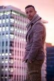 Hübscher moderner Mann in der Stadt Die Mode der Wintermänner stockbild