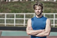 Hübscher moderner Mann hat stilvolles Haar in der Sportkleidung, Sportmode Stockfoto