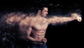 Hübscher muskulöser Mann, der einen Durchschlag gibt Lizenzfreie Stockbilder