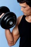 Hübscher muskulöser Mann mit Dumbbell, Abschluss oben Lizenzfreies Stockfoto