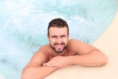 Hübscher natürlicher bärtiger Mann in einem Pool Lizenzfreie Stockfotos