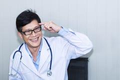 Hübscher Porträtmann reifen Doktors mit weißem Mantel lizenzfreie stockfotos