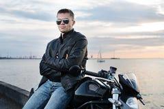 Hübscher Radfahrermann des romantischen Porträts in der Sonnenbrille Stockfoto