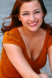 Hübscher Redhead mit großem Lächeln Lizenzfreies Stockfoto