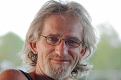 Hübscher reifer Mann entspannte sich und lächelte u. glücklich Lizenzfreie Stockbilder