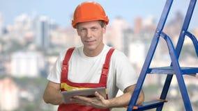 Hübscher reifer Vorarbeiter, unscharfer Hintergrund stock video footage