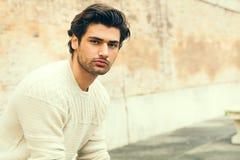 Hübscher schöner junger Mann im Freien Art und Weisefrisur stockbild