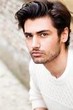 Hübscher schöner junger Mann im Freien Art und Weisefrisur stockfoto