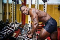 Hübscher schwarzer männlicher Bodybuilder, der nach Training in der Turnhalle stillsteht stockfoto