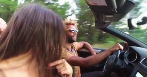 Hübscher schwarzer Mann, der mit seiner Freundin beim Fahren in Kabriolett partying ist stock footage
