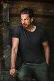 Hübscher sexy Mann, der Mode aufwirft stockbilder